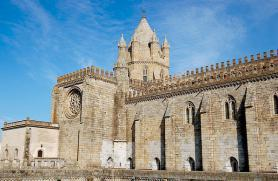 Portugalské město Evora a katedrála Sé Catedral de Santa Maria