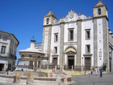 Portugalské město Evora a náměstí Praça do Giraldo
